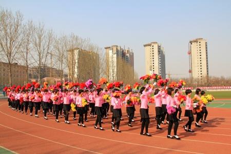 etiquette voyage: Luannan - 16 avril équipe de la performance Garland marchaient sur le terrain lors d'une cérémonie d'ouverture des Jeux de collège le 16 Avril 2013, Luannan, province du Hebei, en Chine