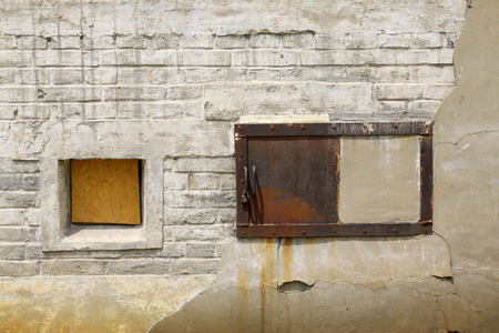 muro rotto: dispositivo di metallo sul muro rotto, primo piano di foto