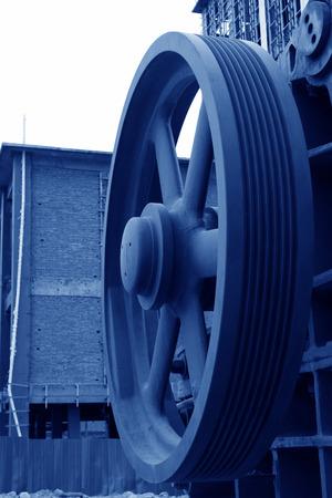 industrial park: grandi ruote di metallo rosso in un parco industriale, primo piano di foto Editoriali