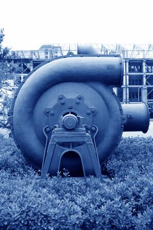 industrial park: enorme attrezzature meccaniche grigio in un parco industriale, primo piano di fotografia