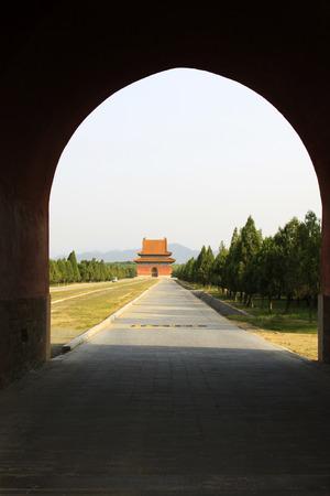 piso piedra: Zunhua 18 de mayo: gran puerta del palacio y suelo de piedra en las Tumbas del Este de la Dinast�a Qing el 18 de mayo de 2014, el condado de Zunhua, provincia de Hebei, China.
