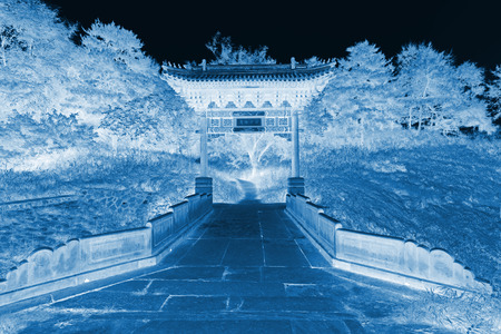 analog�a: arco de piedra y el puente de piedra en un antiguo jard�n chino