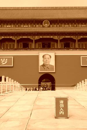 no entrance: Beijing 11 de septiembre: Mao Zedong retratos en la puerta de Tiananmen con el signo prohibido en Beijing el 11 de septiembre de 2011. Tiananmen se encuentra en la capital de la Rep�blica de China, la Plaza de Tiananmen de la gente en el centro de Beijing. En la antigua China fue el Editorial