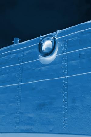 linea de flotaci�n: detalle de im�genes, l�nea de flotaci�n y el neum�tico de goma marcada en el buque
