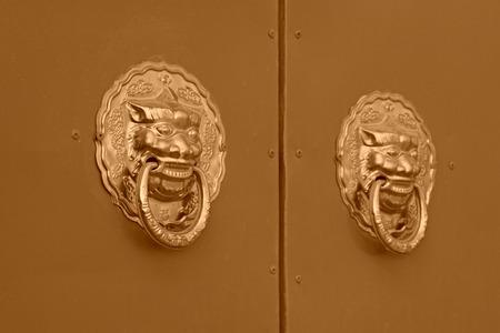 metal sculpture: scultura in metallo nel cancello rosso, nel Palazzo Imperiale, Pechino Archivio Fotografico