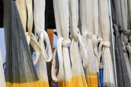 redes de pesca: suspensi�n de las redes de pesca en el mercado, primer plano de la foto