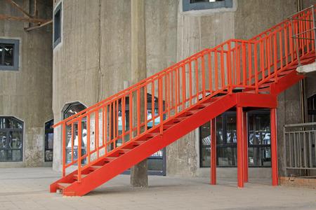 Red Metall-Treppe, Nahaufnahme Foto Editorial