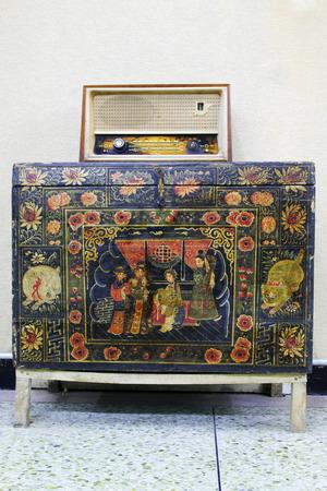 transistor: tradicional radio de transistores estilo en el armario, de cerca de foto