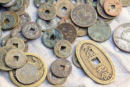 confiscated: Moneta metallica antica cinese, primo piano di foto