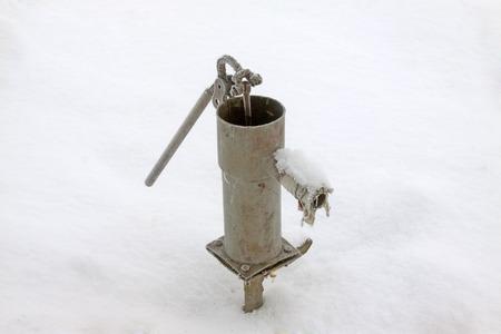 apalancamiento: Wells artificiales rurales de la escarcha y la nieve, primer plano de la foto