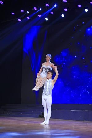 the acrobatics: Luannan - 28 de diciembre: El rendimiento de la acrobacia china tradicional - ballet hombro el 28 de diciembre de 2014, el condado de Luannan, provincia de Hebei, China