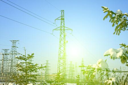 energia electrica: Torre de energía eléctrica y los árboles en la nieve, primer plano de la foto