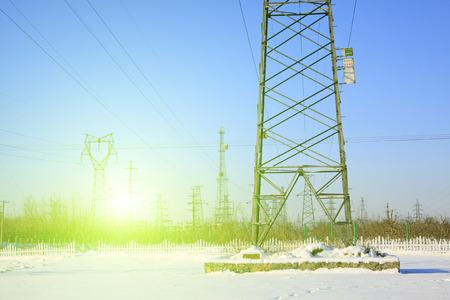 energia electrica: Torre de energ�a el�ctrica en la nieve, primer plano de la foto Editorial