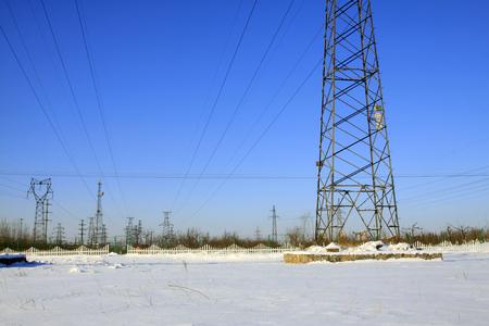 energia electrica: Torre de energ�a el�ctrica en la nieve