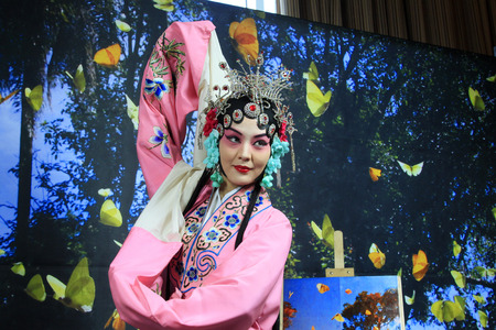 LUANNAN  COUNTY - DECEMBER 13: Chinese traditional PingJu woman showing classical costumes, on december 13, 2014, Luannan County, Hebei Province, China 新聞圖片
