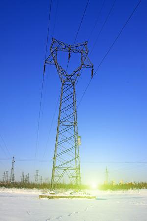 energia electrica: Torre de energ�a el�ctrica en la nieve, primer plano de la foto Foto de archivo