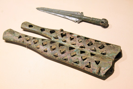 scheide: alten chinesischen Bronze Doppelmantel Dolch, Nahaufnahme von Foto