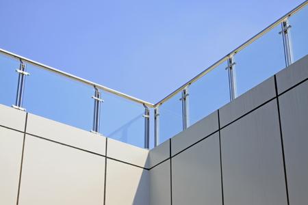 Inoxidable pasamanos de acero y paredes de cristal en un edificio