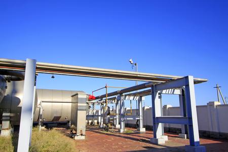 yacimiento petrolero: instalaciones de almacenamiento y transporte de petróleo en un yacimiento petrolífero