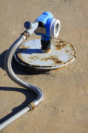 yacimiento petrolero: instalaciones de aceite a presión en el yacimiento, primer plano de la foto