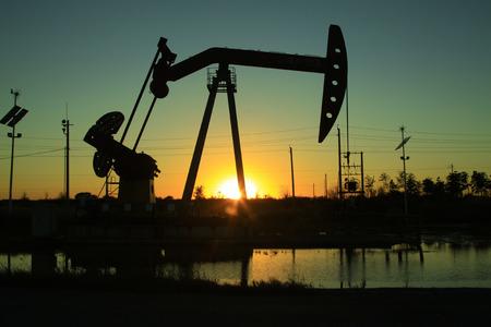 industria quimica: Manivela equilibrada unidad de bombeo del haz en el campo petrolero, primer plano de la foto Foto de archivo