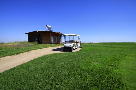 golfbaan landschap en accukar, close-up van de foto