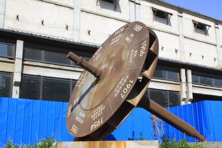 reloj de sol: piezas de metal de la forma de reloj de sol, de cerca de foto Editorial