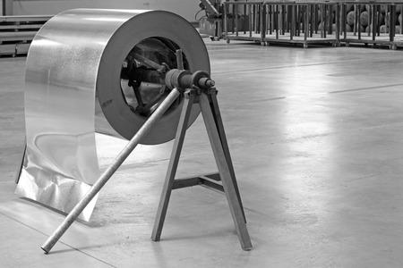 Piatto dell'acciaio inossidabile sull'impalcatura, primo piano della foto