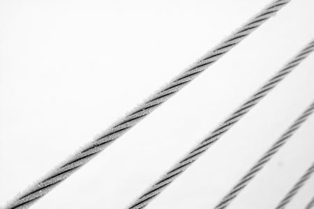 Wire rope in the frost and snow, closeup of photo 版權商用圖片 - 78186871