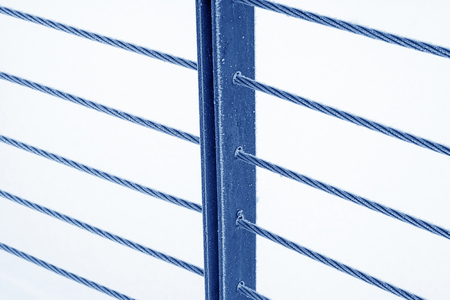 Wire rope and metal pillar in the frost and snow 版權商用圖片 - 78324396