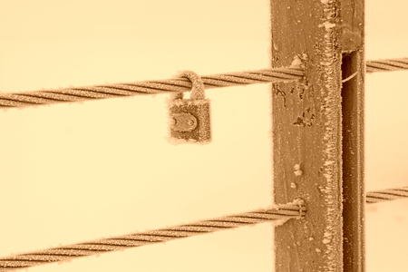 Wire rope pillar and locks in the frost and snow 版權商用圖片 - 78837196