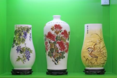 Tangshan - 16 settembre: prodotti di ceramica fine in un negozio, il 16 settembre 2015, città di tangshan, provincia di hebei, Cina Archivio Fotografico - 79431416