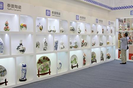 Tangshan - 16 settembre: prodotti ceramici raffinati in un negozio il 16 settembre 2015, città di Tangshan, provincia di Hebei, Cina Archivio Fotografico - 81092809