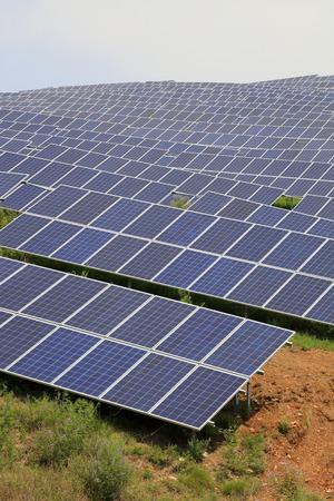 zonnepaneel op de heuvel, close-up van de foto Stockfoto