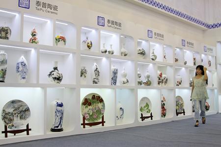 Tangshan - 16 settembre: prodotti ceramici raffinati in un negozio il 16 settembre 2015, città di Tangshan, provincia di Hebei, Cina Archivio Fotografico - 82139733