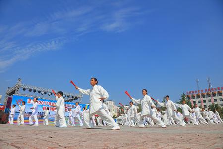 Condado de Luannan - 8 de agosto de 2017: Funcionamiento de Taiji Kung Fu en un parque, condado de Luannan, provincia de Hebei, China.