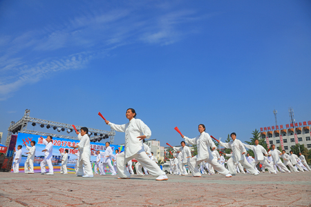 Luannan County - 8 augustus 2017: Taiji Kung Fu-prestaties in een park, Luannan County, Hebei Province, China.