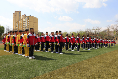 Luannan County - April 18, 2016: student group gymnastics training on the playground, in a middle school, Luannan County, Hebei Province, China Banque d'images - 91408541