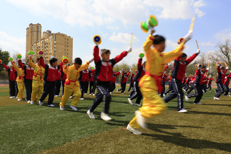 Comté de Luannan - 18 avril 2016: entraînement de gymnastique en groupe sur le terrain de jeu, dans une école intermédiaire, comté de Luannan, province du Hebei, Chine Banque d'images - 91408602