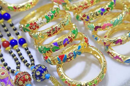 Bracelet artisanal dans un magasin Banque d'images - 93931544