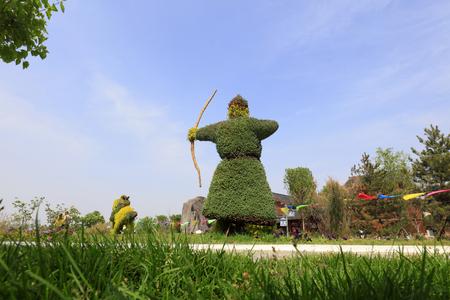 shooter green sculpture in the park, China Standard-Bild - 99024255