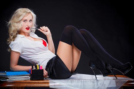 chica sexy profesor en la sesión de mesa