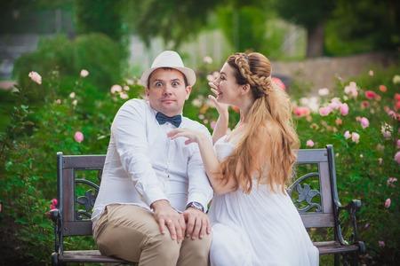 pareja bailando: La novia y el novio se divierten en parque
