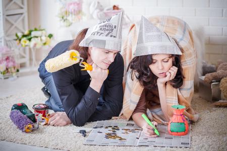 若いカップル自宅修理