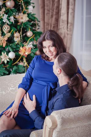 femme romantique: jeune couple pr�s d'une femme de l'homme d'arbre de No�l