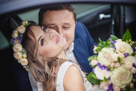 parejas romanticas: beso sonrisa flor novio de la novia Foto de archivo