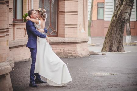 parejas romanticas: abrazos beso de la boda de la ciudad sonrisa Foto de archivo