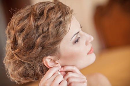 orecchini Acconciatura della sposa felice make-up Archivio Fotografico