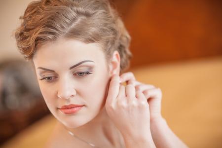 lèvres boucles d'oreilles de mariée mains maquillage