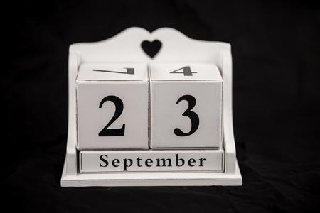 calendario: cubos de calendario estaciones fondo negro Foto de archivo